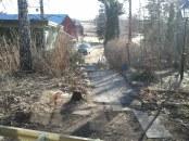 Gångarna är sopade, resten av trädgården ser fortfarande rätt hemsk ut men man får ta lite i taget... :)