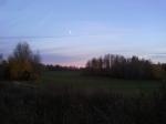 Solen på väg ner och månen på väg upp