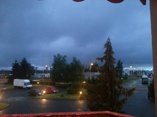 Utsikt från hotellfönstret, fredag kväll. Mulet och grått och kyligt.
