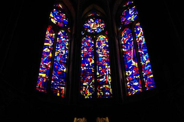 Fönster i lite nyare stil, skapade av Marc Chagall