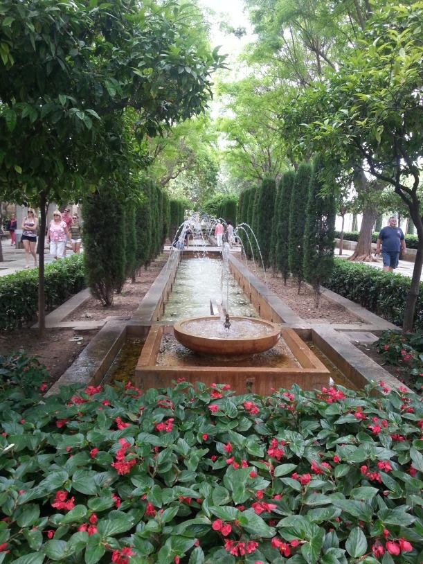 Vatten i en park i närheten av katedralen