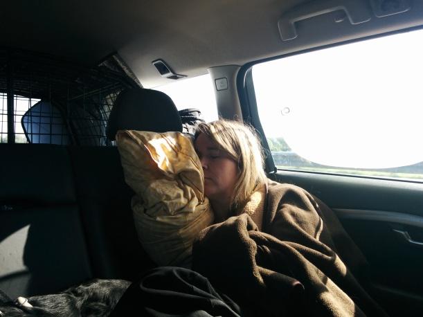 Eva sover en stund efter att ha kört hela natten