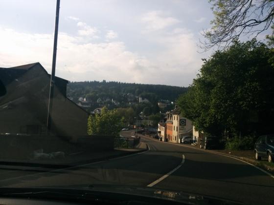På väg in i en liten tysk by för att tanka