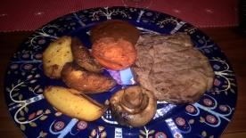 Min huvudrätt - entrecote, klyftpotatis, stekt tomat och svamp, barbequesås.