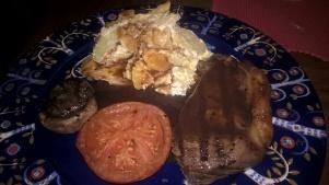 Martins huvudrätt - ryggbiff, potatisgratäng, rödvinssås och samma tillbehör som till min mat.